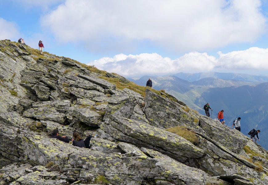 O zi în Făgăraș, pe Lespezi, 2517 m. Cu capul în nori, pe al cincilea vârf din țară.