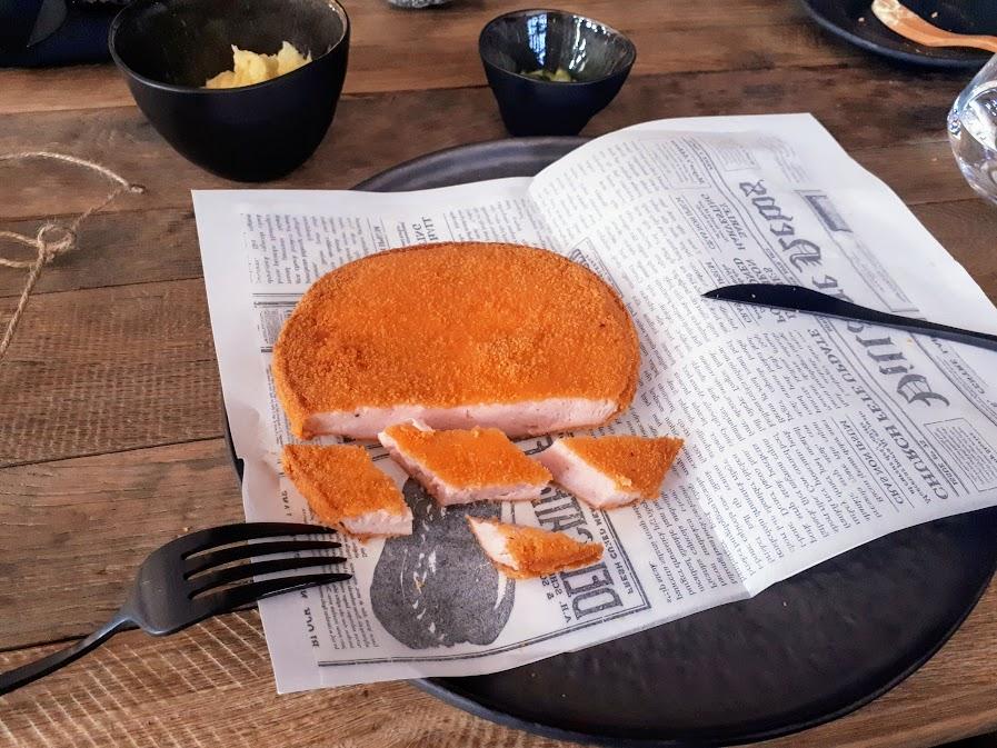 Restaurant Kaiamo București, cu parizerul pe ziar.