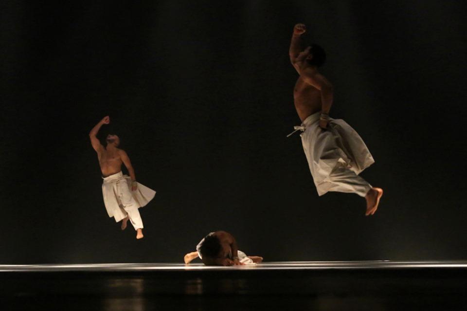 FNT, Hervé Koubi, dans contemporan, Ceea ce ziua datorează nopții